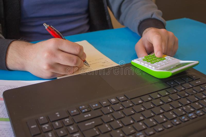 Las calculadoras, los propietarios de negocio, la contabilidad y la tecnología, el negocio, el ordenador, el ordenador portátil,  imágenes de archivo libres de regalías