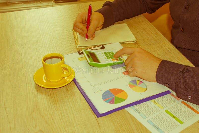 Las calculadoras, los propietarios de negocio, la contabilidad y la tecnolog?a, el negocio, la calculadora y los documentos en la fotos de archivo libres de regalías