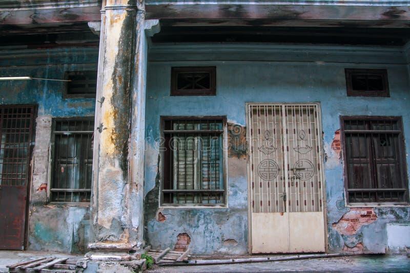 Las calles antiguas de Georgetown, Malasia Paredes viejas y colores del puerta azul y blancos fotografía de archivo libre de regalías