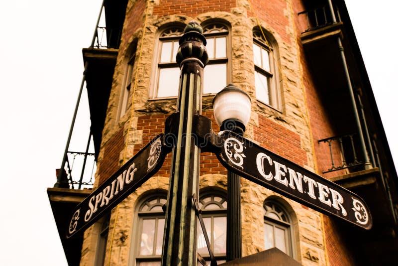 Las calles de la primavera y del centro firman adentro Eureka Springs céntrico, Arkansas fotos de archivo
