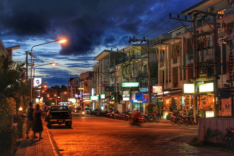 Las calles de Phuket en la noche fotografía de archivo