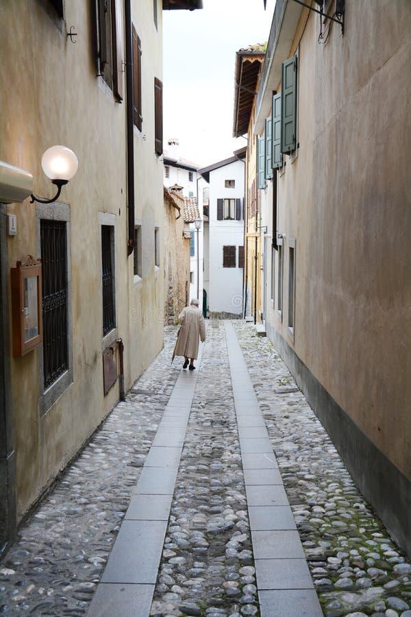 Las calles viajaron menos en Cividale, Italia fotos de archivo