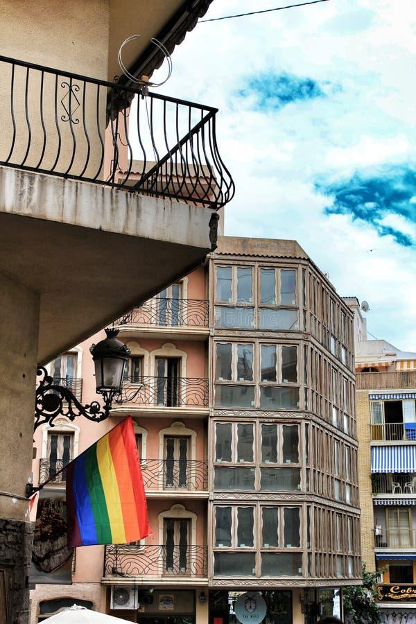 Las calles y las fachadas adornaron con las banderas del arco iris en Benidorm imagen de archivo libre de regalías