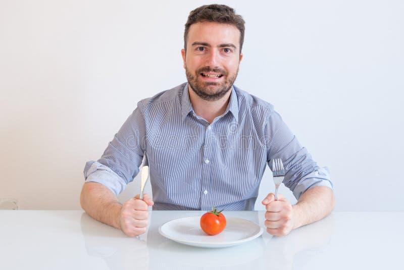 Las calorías pobres de la consumición del retrato del hombre adietan la comida imagen de archivo