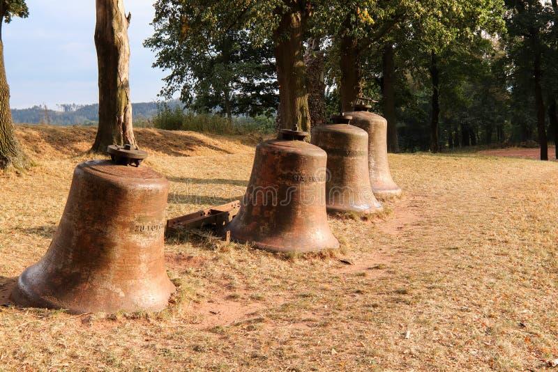 Las campanas de iglesia pusieron en el paisaje foto de archivo