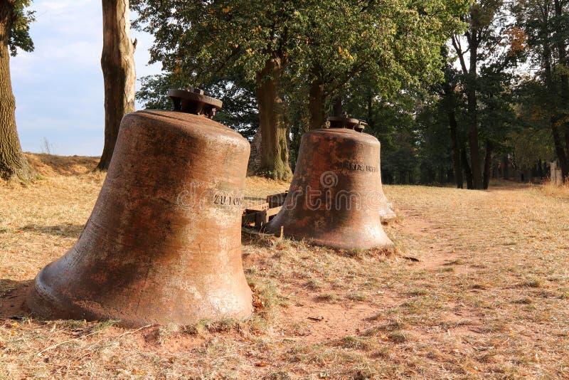 Las campanas de iglesia pusieron en el paisaje imagenes de archivo