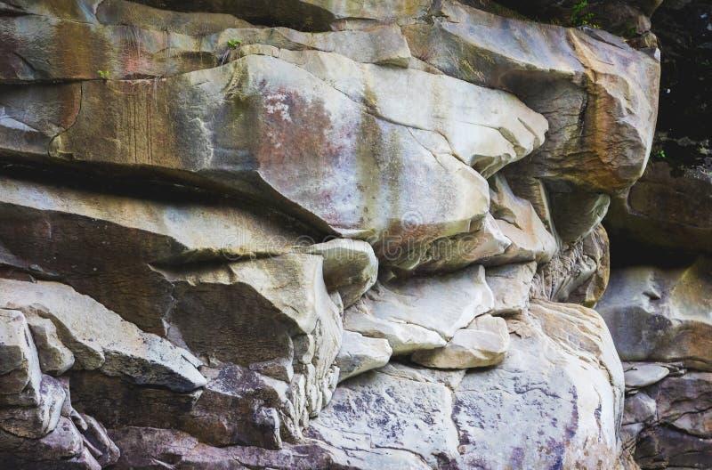 Las capas de piedra lisa grande en el terreno montañoso son interesantes al geologists_ fotografía de archivo