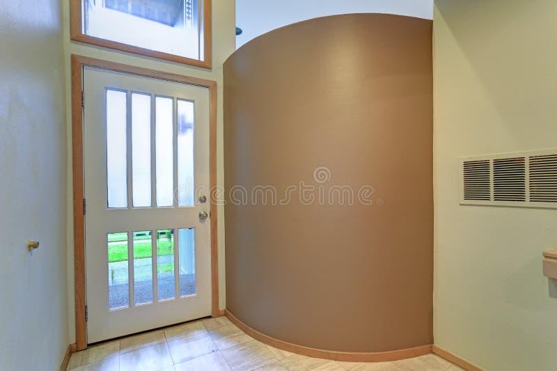 Las características interiores del apartamento vacío encantan el salón con la pared del moreno foto de archivo libre de regalías
