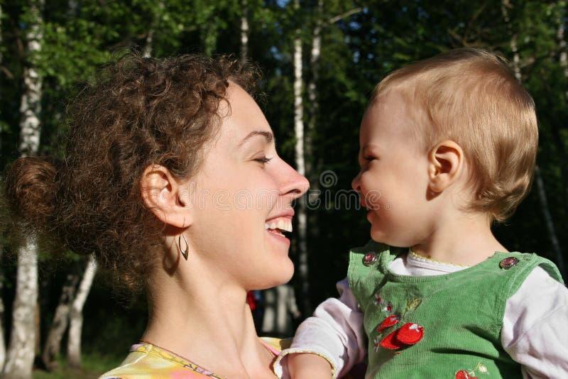 Las caras sirven de madre con el bebé imágenes de archivo libres de regalías