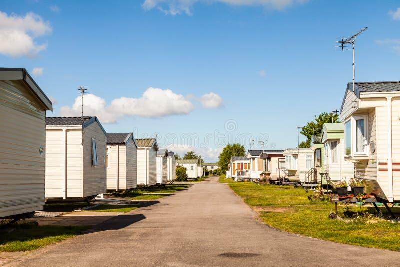 Las caravanas estáticas en vacaciones de verano británicas típicas parquean fotografía de archivo