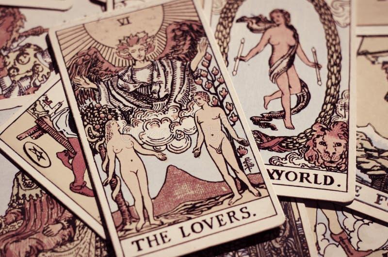 Las cartas de tarot - la tarjeta de los amantes y otras buenas tarjetas que significan imagen de archivo