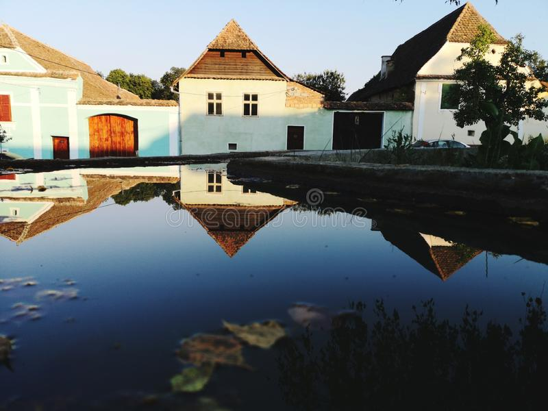 Las casas antiguas rumanas típicas reflejaron en el agua foto de archivo libre de regalías