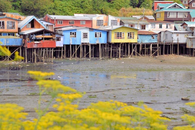 Las casas aumentaron en pilares sobre el agua en Castro fotografía de archivo