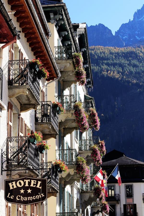 Las casas de Chamonix con el hotel viejo firman adentro las montañas Francia del centro de ciudad fotografía de archivo libre de regalías
