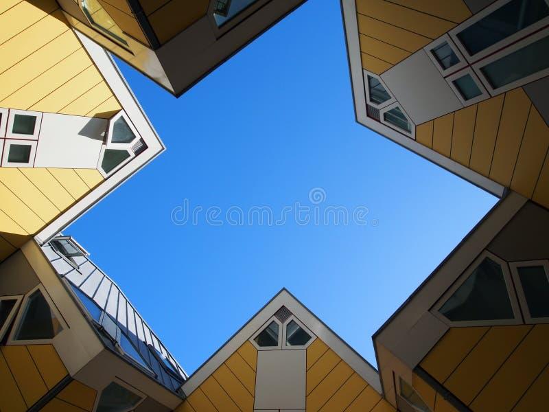 Las casas de cubo amarillos en Rotterdam. Países Bajos fotos de archivo