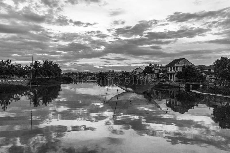 Las casas de la orilla reflejaron en el río de Thu Bon en Hoi An, Vietnam, Indochina, Asia imagenes de archivo