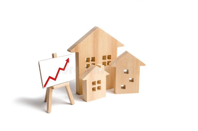Las casas de madera se colocan con la flecha roja para arriba Demanda creciente para contener y las propiedades inmobiliarias El  foto de archivo