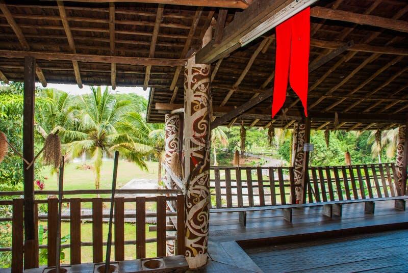 Las casas de madera tradicionales en el Kuching a Sarawak cultivan el pueblo malasia imagenes de archivo