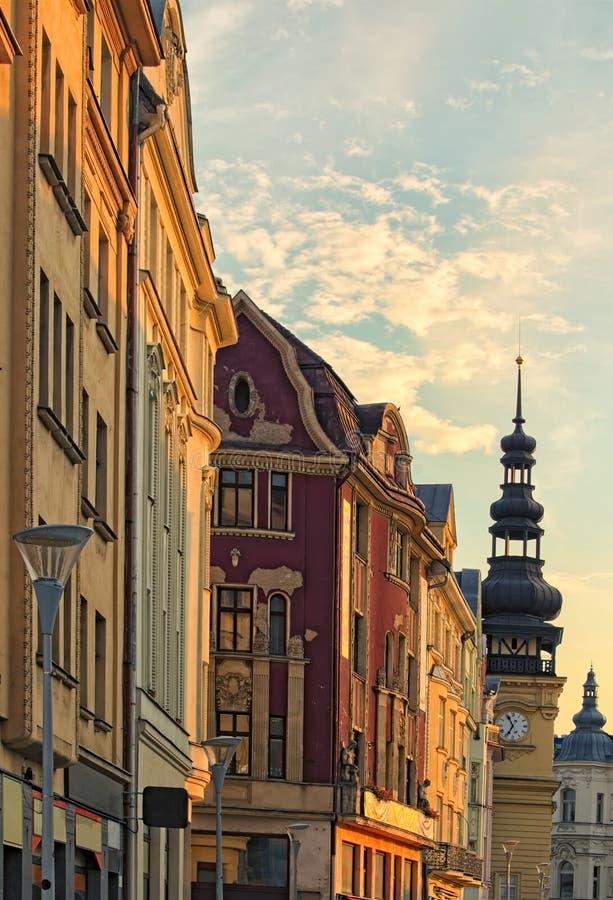 Las casas de vivienda coloridas y ayuntamiento viejo en Masaryk ajustan en Ostrava durante puesta del sol del verano República Ch imágenes de archivo libres de regalías
