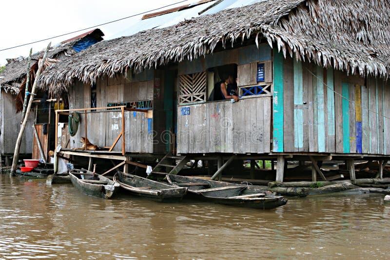Las casas en los zancos suben sobre el agua contaminada en Belén, Iquitos fotografía de archivo libre de regalías