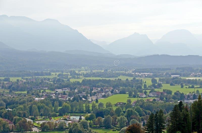 Las casas en las montañas ajardinan imagen de archivo libre de regalías