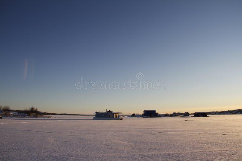 Las casas flotantes en Yellowknife aúllan en el gran esclavo Lake en la puesta del sol imagenes de archivo