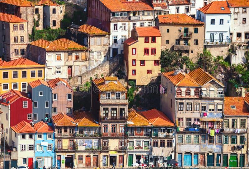 Las casas típicas en Oporto localizaron en un acantilado, visión desde Vila Nova de Gaia, Oporto, Portugal imagen de archivo