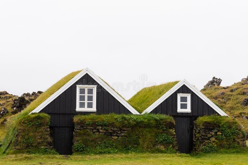 Las casas tradicionales del tejado del césped de Islandia SON Europa fotografía de archivo