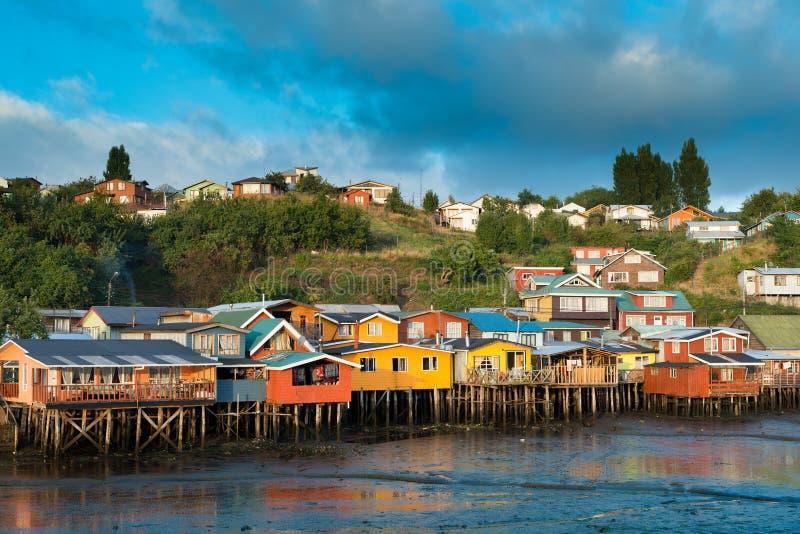 Las casas tradicionales del zanco saben como palafitos en la ciudad de Castro en la isla de Chiloe imágenes de archivo libres de regalías