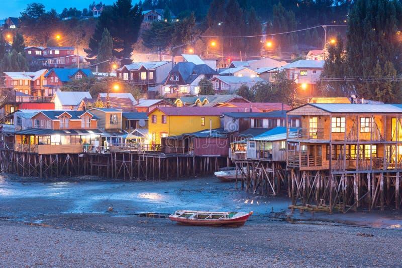 Las casas tradicionales del zanco saben como palafitos en la ciudad de Castro en la isla de Chiloe en Chile foto de archivo libre de regalías
