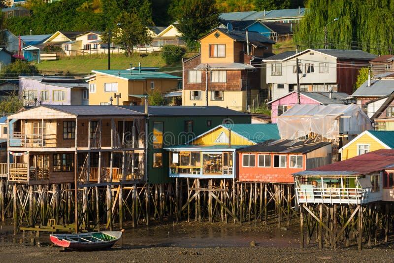 Las casas tradicionales del zanco saben como palafitos en la ciudad de Castro en la isla de Chiloe en Chile fotos de archivo