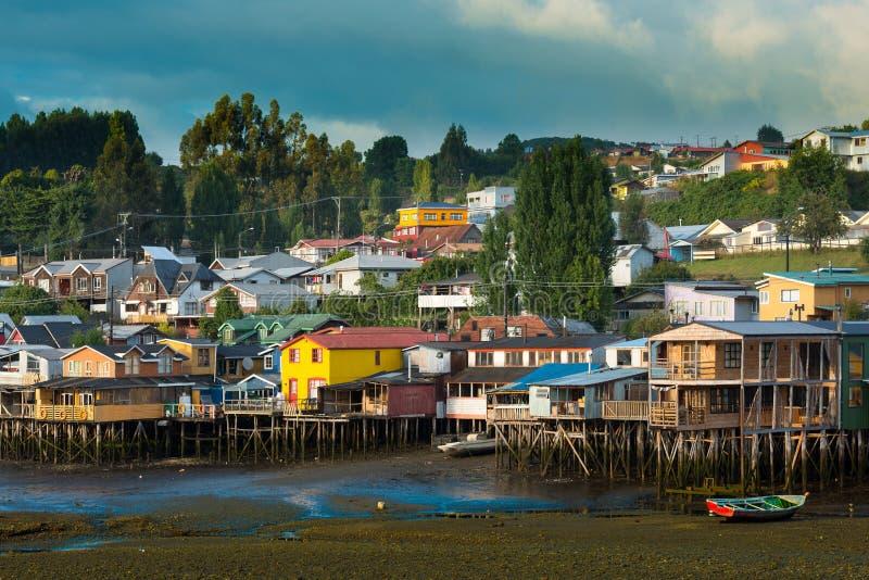 Las casas tradicionales del zanco saben como palafitos en la ciudad de Castro en la isla de Chiloe en Chile imagenes de archivo