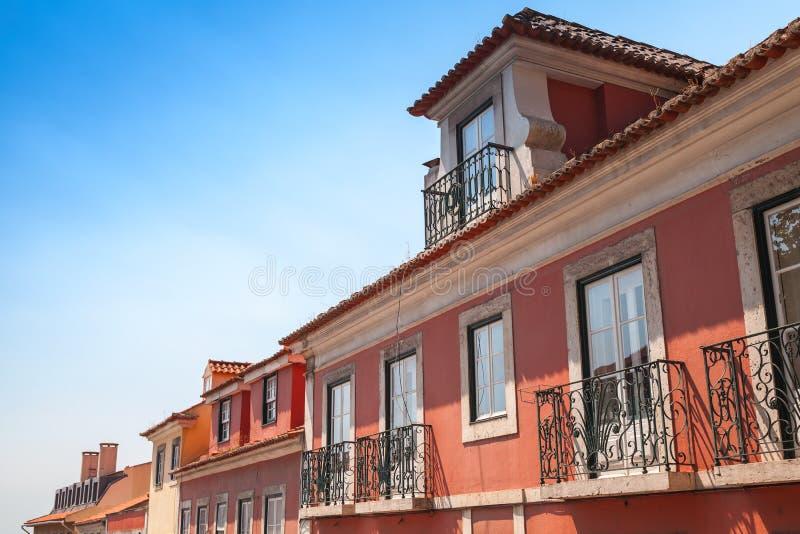 Las casas vivas viejas están en fila, Lisboa fotos de archivo