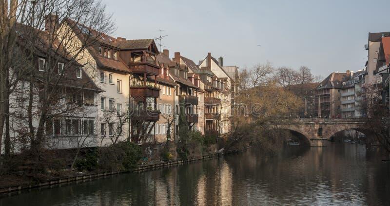 Las casas y un puente reflejaron en un r?o en la ciudad vieja de Nuremberg vista de Henkersteg cubrieron el puente a trav?s del r imagen de archivo libre de regalías