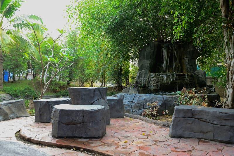 Las cascadas artificiales se han creado para mantener la for Cascada artificial jardin