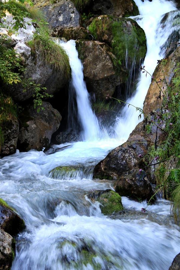Las cascadas en las dolomías italianas acercan a Stenico fotos de archivo
