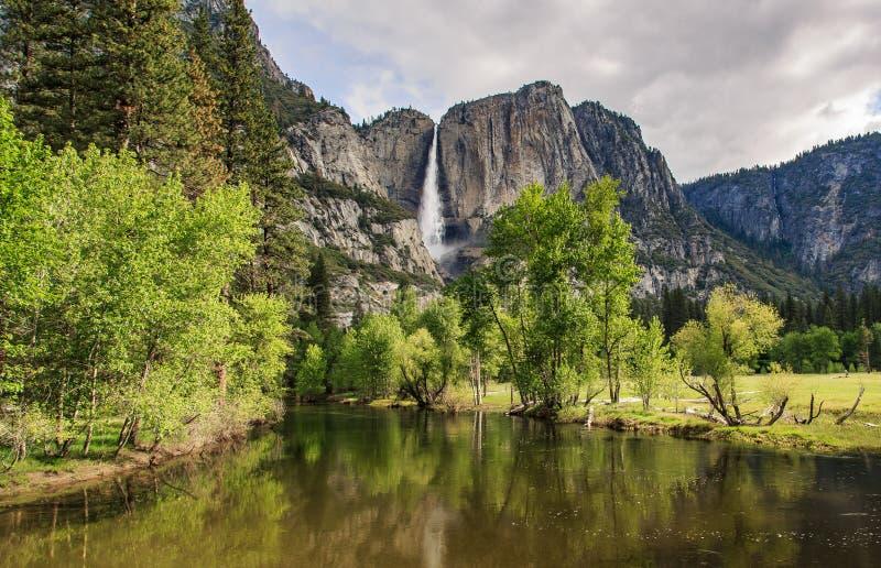 Las cataratas de Yosemite y río en día nublado imagen de archivo libre de regalías