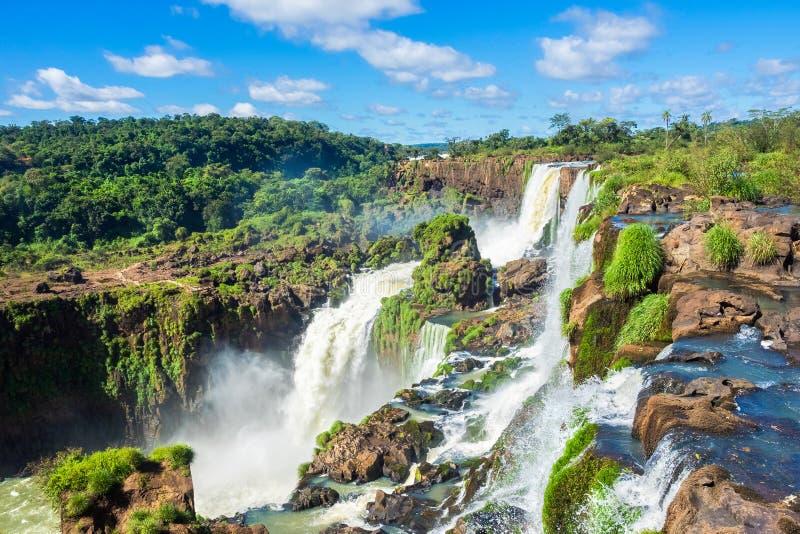 Las cataratas del Iguazú, en la frontera de la Argentina, del Brasil, y de Paraguay foto de archivo libre de regalías