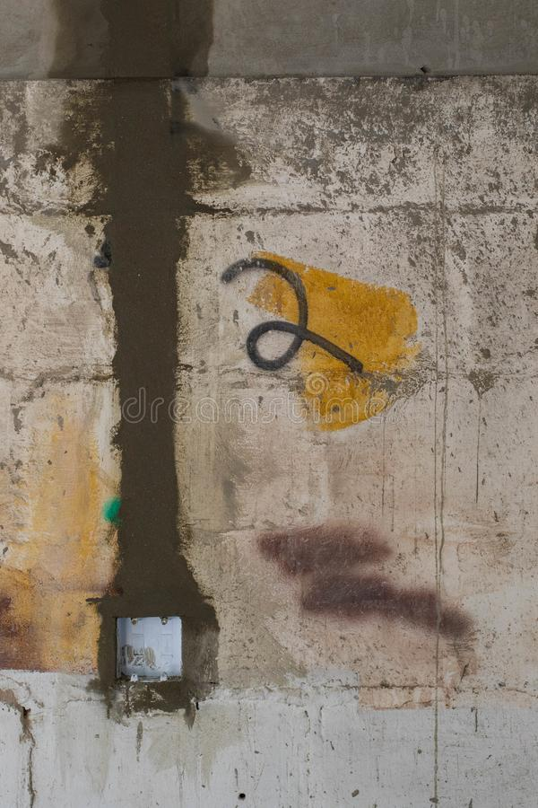 Las cazas cortaron en una pared para el cableado eléctrico imágenes de archivo libres de regalías