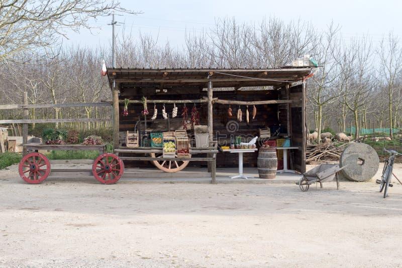 Las cebollas de Tropea en la exhibición en un lado del camino se colocan Región de Calabria, fotos de archivo libres de regalías