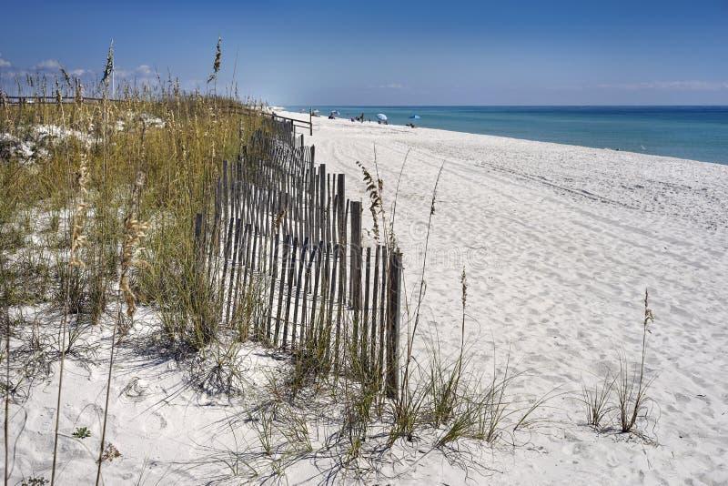 Las cercas de la arena protegen las dunas en la playa foto de archivo