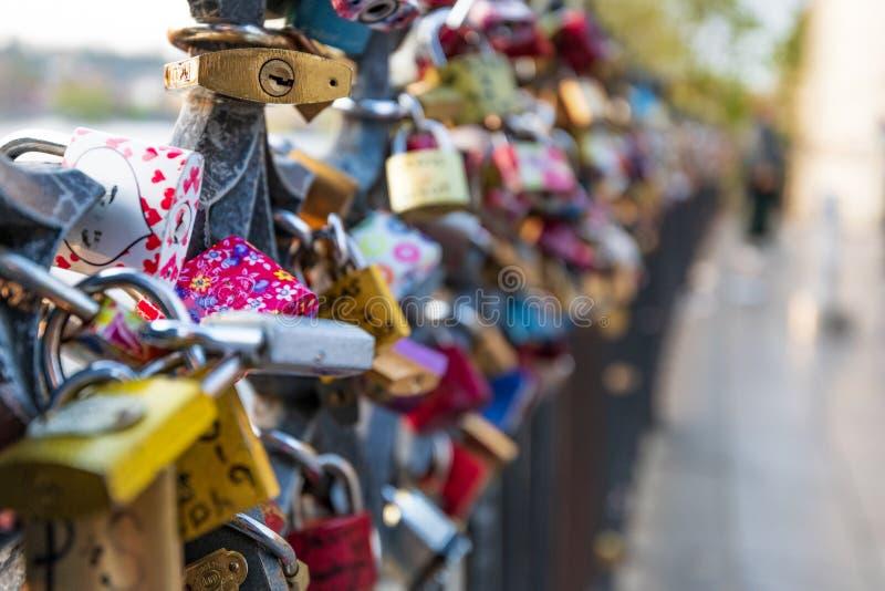 Las cerraduras del amor colgaron a lo largo del río de Pragues Moldava - al lado de Charles Bridge - República Checa - abril de imagen de archivo libre de regalías