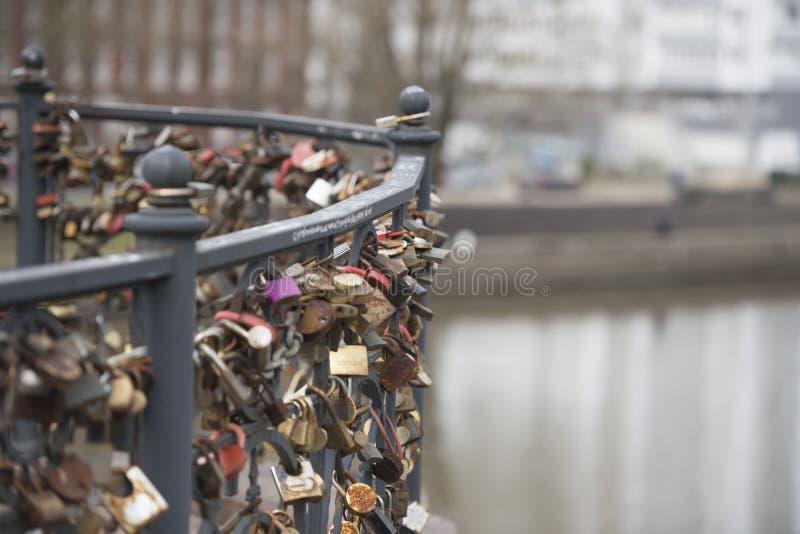 Las cerraduras en el puente del metal imagen de archivo