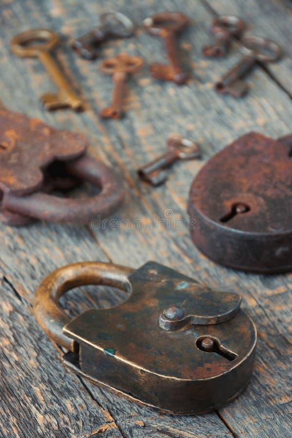 Las cerraduras viejas con llaves fotos de archivo