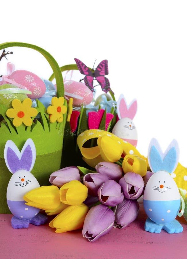Las cestas felices de la caza del huevo de Pascua con el conejito eggs imágenes de archivo libres de regalías