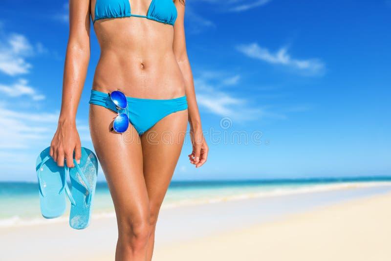 Las chancletas atractivas de las gafas de sol del cuerpo del bikini varan a la mujer fotos de archivo