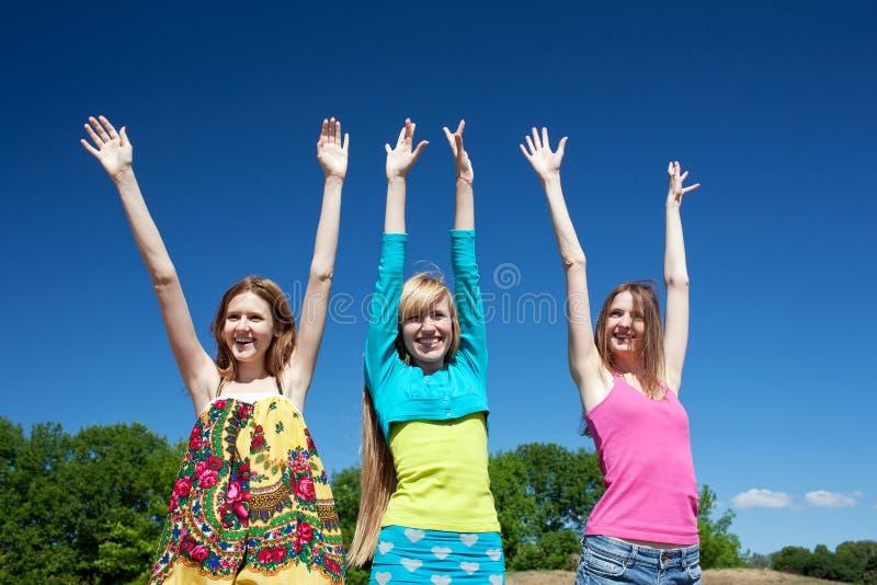 Las chicas jóvenes expresan positividad imagen de archivo