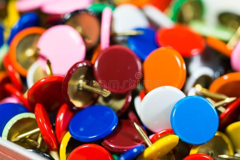 Las chinchetas coloridas se cierran encima del tiro macro, profundidad del campo baja fotos de archivo libres de regalías