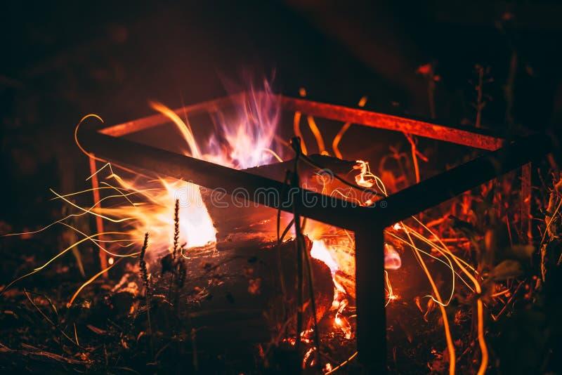 Las chispas de un fuego vuelan en diversas direcciones foto de archivo libre de regalías