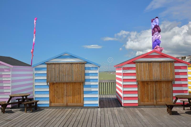Las chozas coloridas en el embarcadero reconstruyeron y se abren en el público en 2016 en Hastings, Reino Unido fotografía de archivo